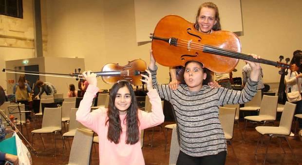 Kinder mit klassischen Instrumenten