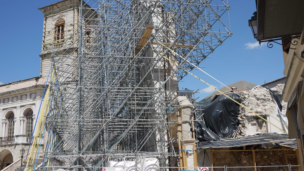 The town hall and the front facade of the Basilica di San Benedetto - the rest ist crumbled down.